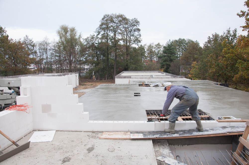 prace przy wylewaniu stropu budynek C