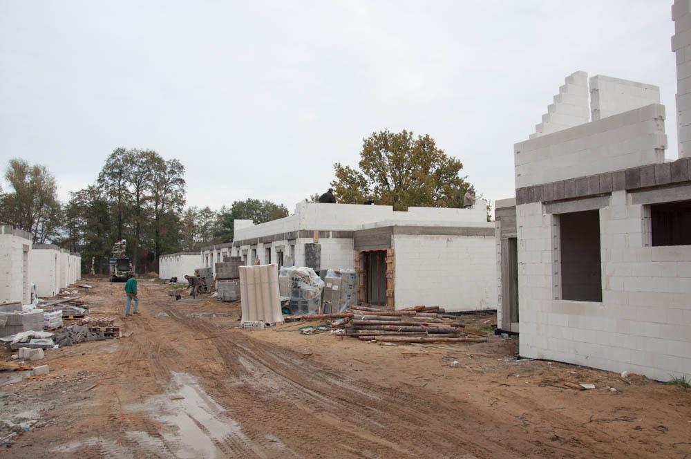 widok na osiedle w tle pompa na beton